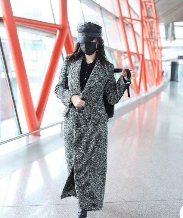 宋佳的私服穿搭好高级,身穿冬装大衣现身机场,灰黑搭配简洁干练