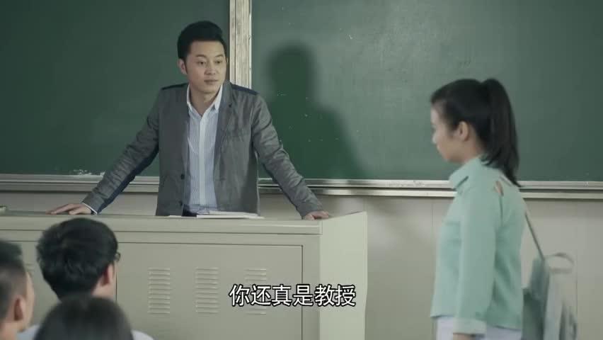 女同学第一天上课就迟到,老师罚她背诗一开口惊艳全班!