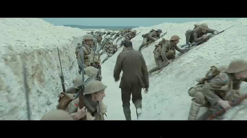 士兵为了传达取消进攻的命令跟炮弹赛跑,经典长镜头