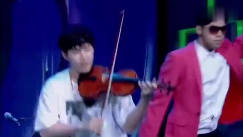 刘宪华多才多艺小提琴篇:边用脚打架子鼓边拉小提琴,太有才了