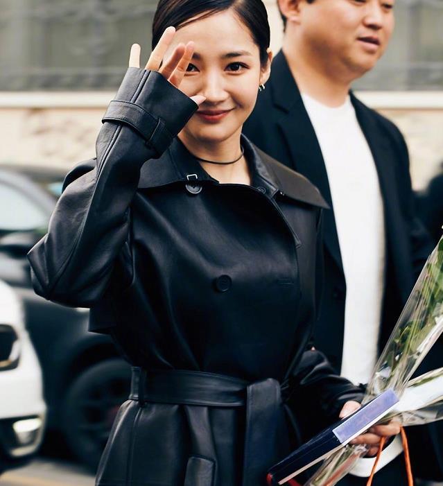 朴敏英穿黑色皮质风衣现身米兰时装周看秀,漂亮姐姐又甜又美!
