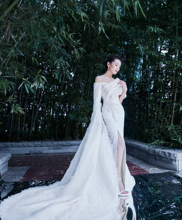 有一种古典美叫刘涛,白色浮云袖拖地长裙上身,实在是太养眼了