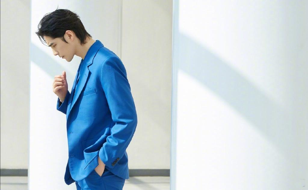 阿云嘎身穿宝蓝色西装搭配切尔西靴,侧颜优越,尽显优雅气质