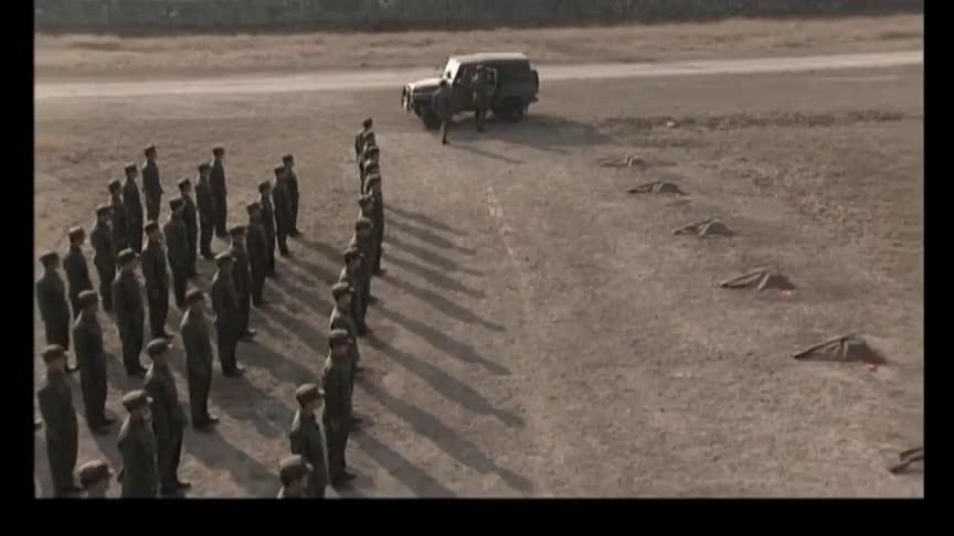 连长献殷勤把西瓜拿到靶场,首长当场发飙,军人就要有军人的样子