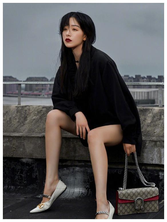 阚清子终于换造型,穿娃娃领衬衫太高级,果然黑长直发真女神!