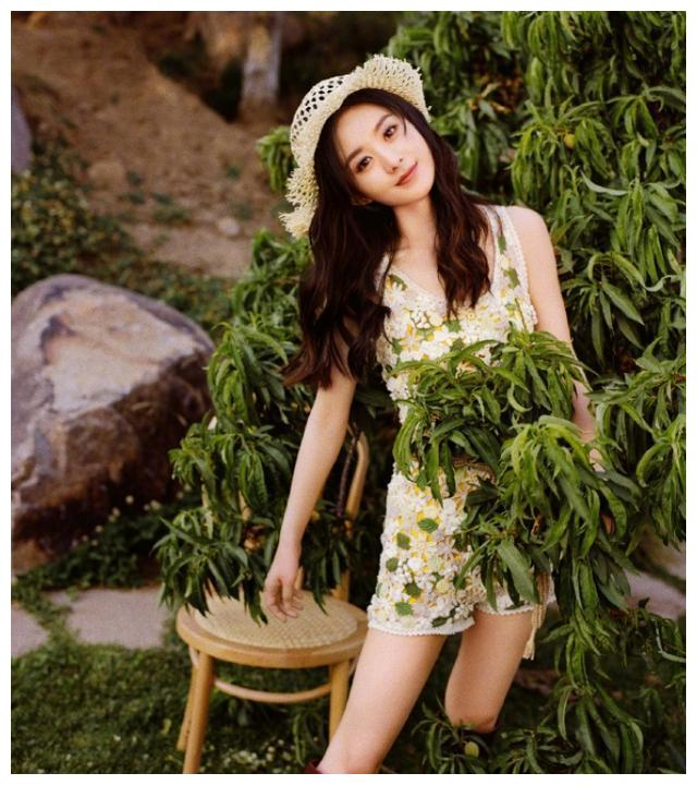 赵丽颖还能再嫩吗?穿蕾丝印花背心配草帽,确定是33岁孩子妈?