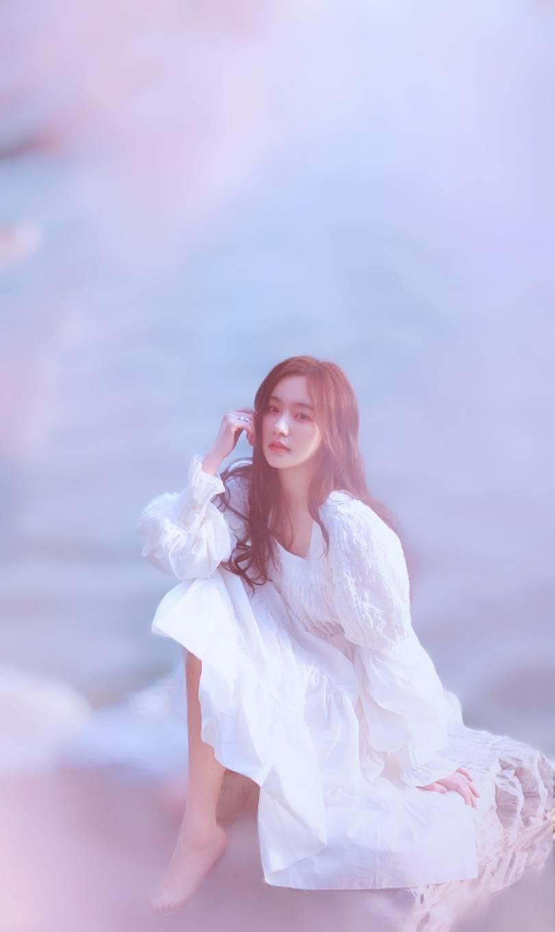 甜气少女闫笑写真,一袭白纱裙,温柔纯美,满满的春日浪漫气息