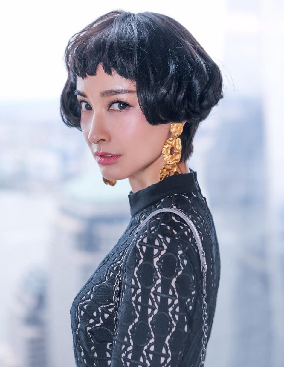 吴昕短发让人一眼难忘,狗啃刘海戴黄金土豆片,穿雕花黑裙太高级