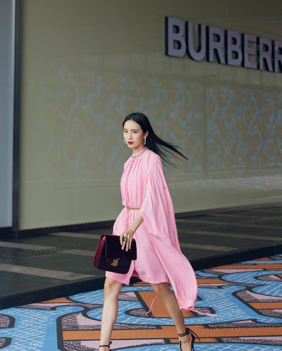 王紫璇好拉风,粉色连衣裙衣袖比裙子还长,配高跟鞋走出超模范