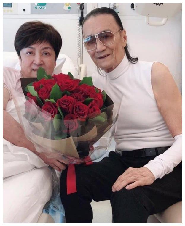 前夫携玫瑰花出现甄珍病房,难道要重归于好?敬请期待!
