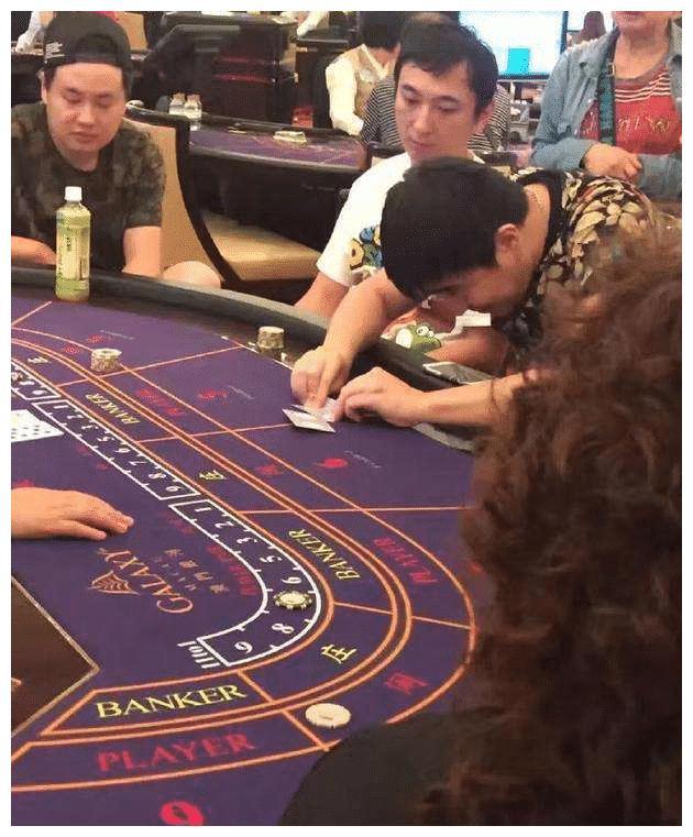 王思聪陪朋友现身澳门赌场,朋友玩欢乐豆,思聪观战,吓傻旁观者