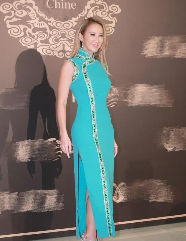 李玟身材保养得像少女,穿蓝色旗袍连衣裙凹凸有致,哪像45岁