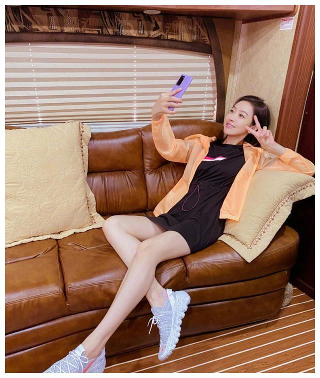 宋茜自拍秀白皙大长腿,搞怪pose颜值在线,真是古灵精怪的少女
