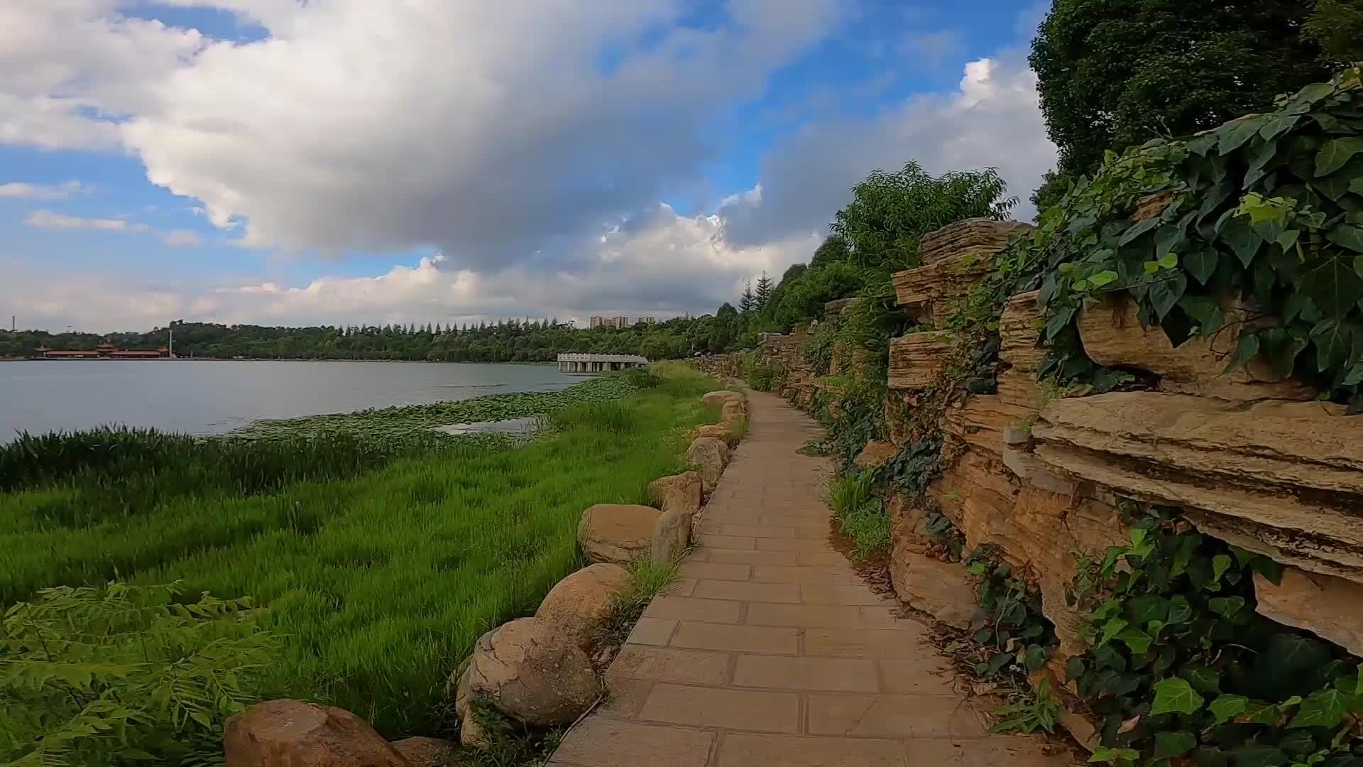 昆明最漂亮的人工湖,青山绿水,旁边有一条凶险的人工悬崖!