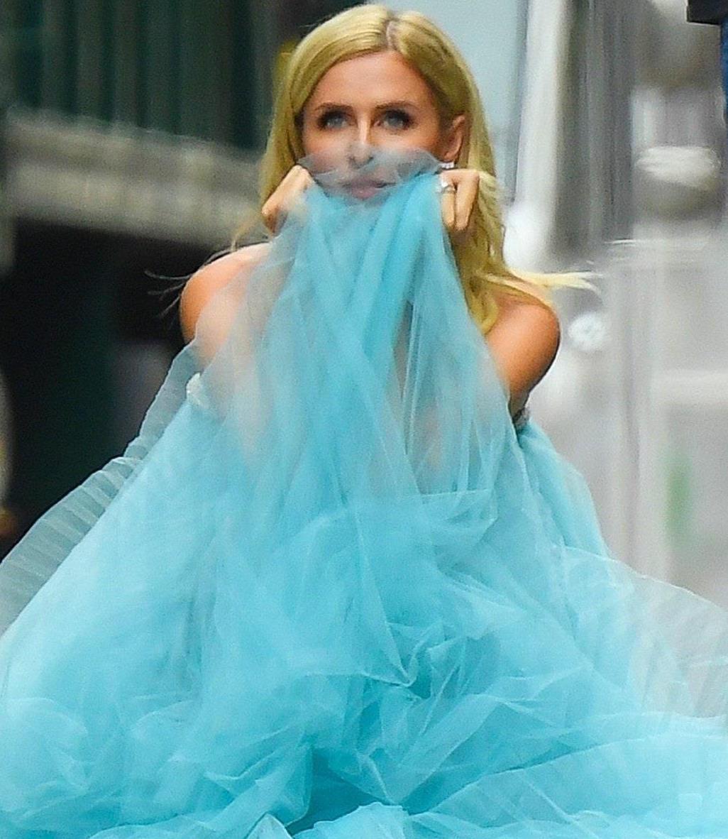 妮基·希尔顿穿蓝色露肩纱裙飘逸唯美,金发飘飘,高贵又浪漫