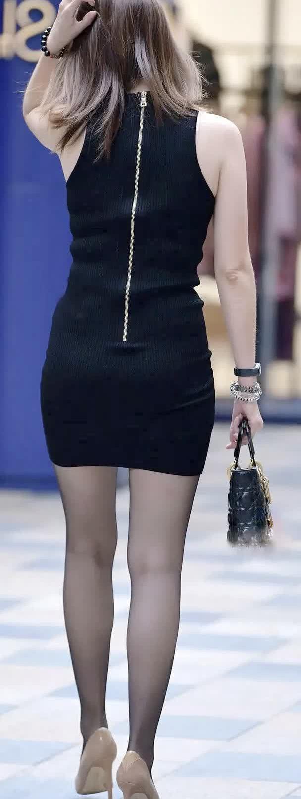 街拍:小姐姐黑色连衣半身裙,彰显轻熟风
