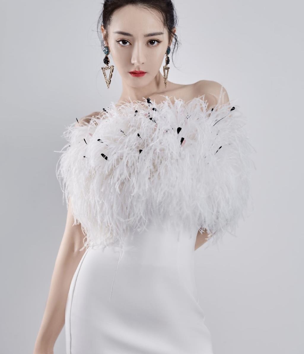 """迪丽热巴颜值太吸睛!一袭羽毛裙装勾勒完美身材,""""白天鹅""""来了"""
