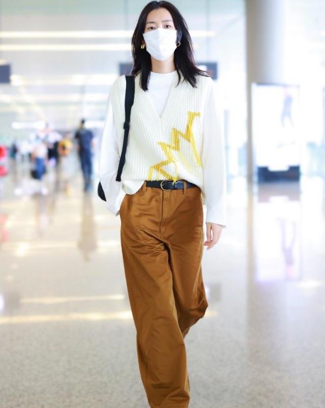 刘雯不愧是超模,毛衣叠穿让时髦度爆棚,搭配高腰裤展现黄金比例