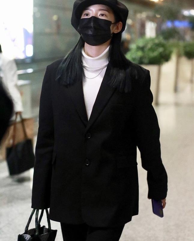 孟美岐现身机场,日常穿搭像时装大秀,中性风造型美成焦点