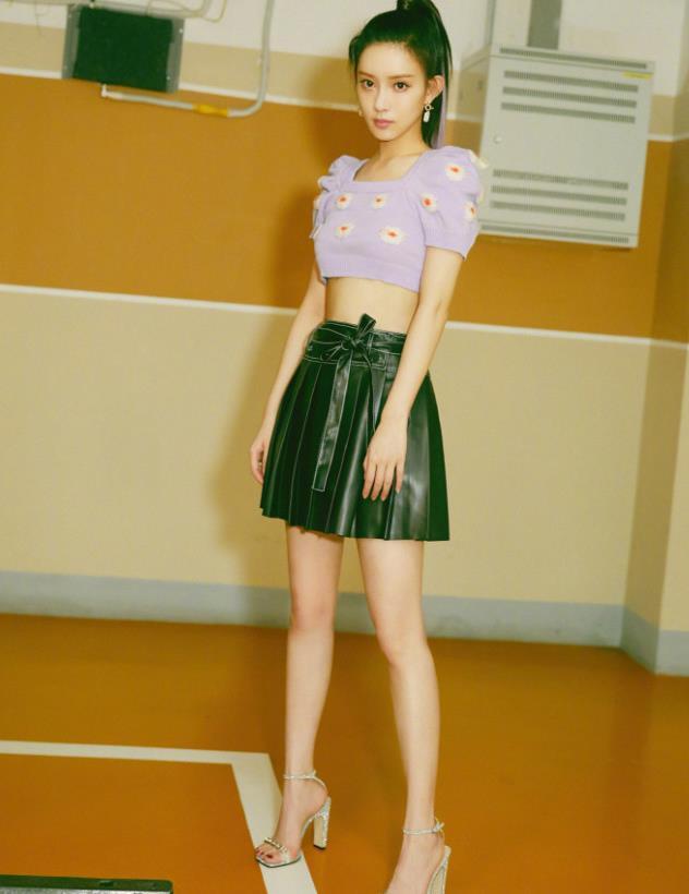 孟子义短裙露脐装秀婀娜身姿,气质清新甜美,初恋感满满