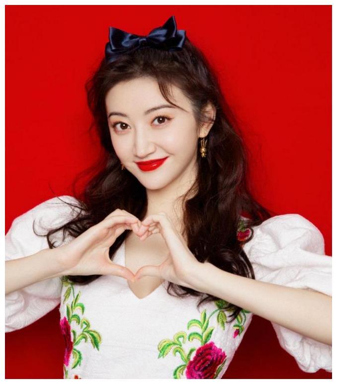 景甜在刘涛直播间真放得开,穿玫瑰裙扭秧歌唱好汉歌,女星里少见