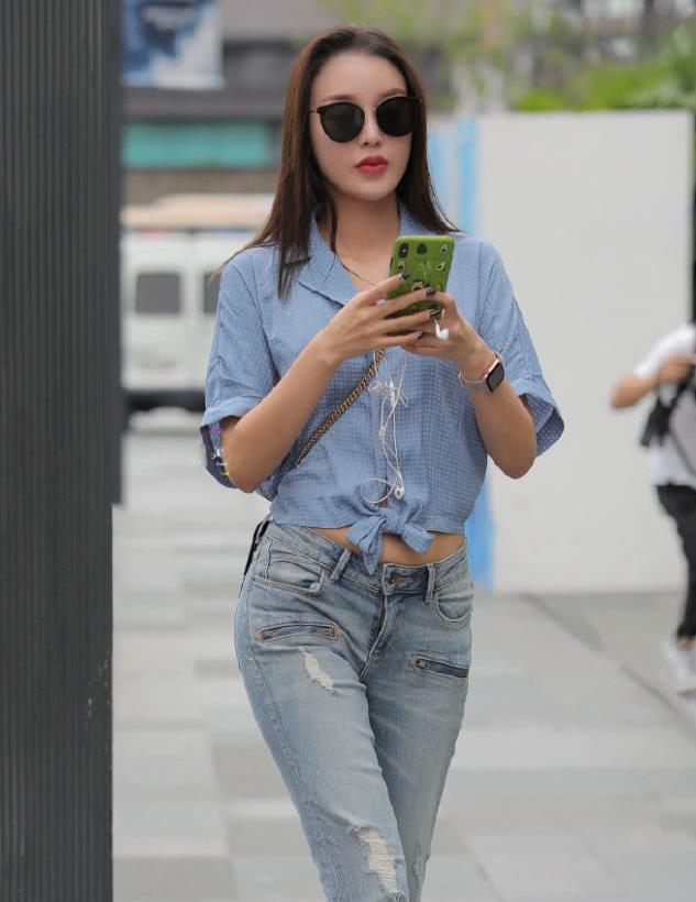 街拍:小姐姐一条极致高腰牛仔裤,带来很高的回头率!
