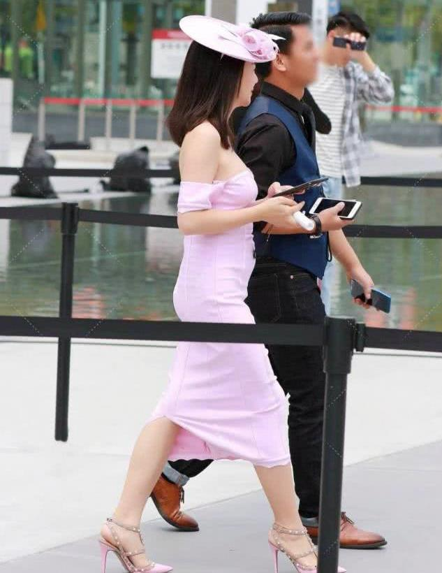 街拍:小姐姐粉色连体长裙,优雅大方
