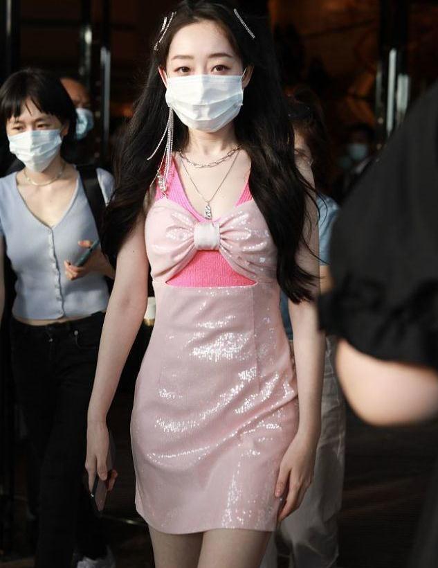 小公举!蒋梦婕扎双马尾穿粉色小礼服 清纯可爱流苏耳环抢镜