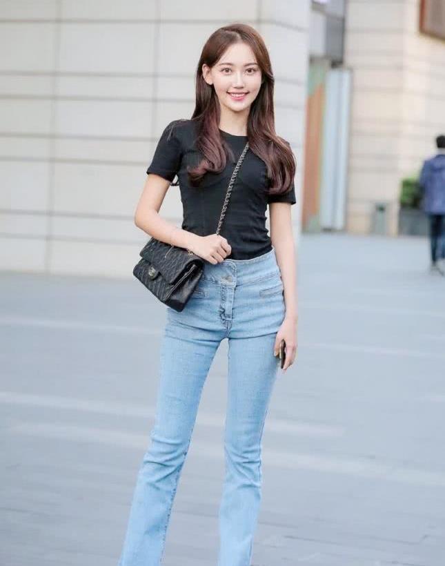 街拍:小姐姐黑色上衣搭高腰牛仔裤,尽显好身材