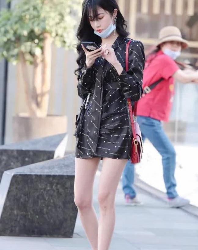 街拍:小姐姐身印花衬衫长裙,靓丽动人,苗条美女,穿着很棒