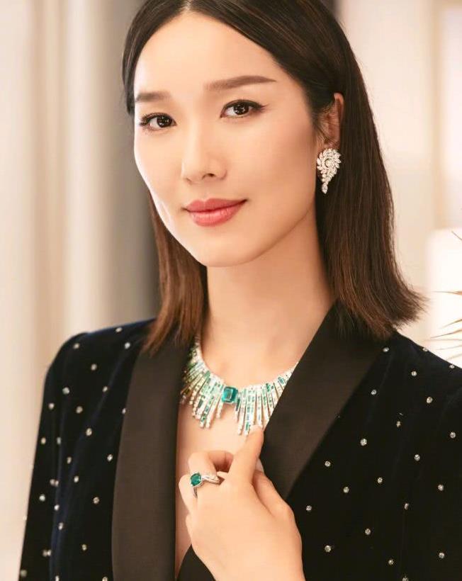 """李亚男是个时尚""""精"""",穿黑白拼接设计连衣裙配高跟鞋,秀好身材"""