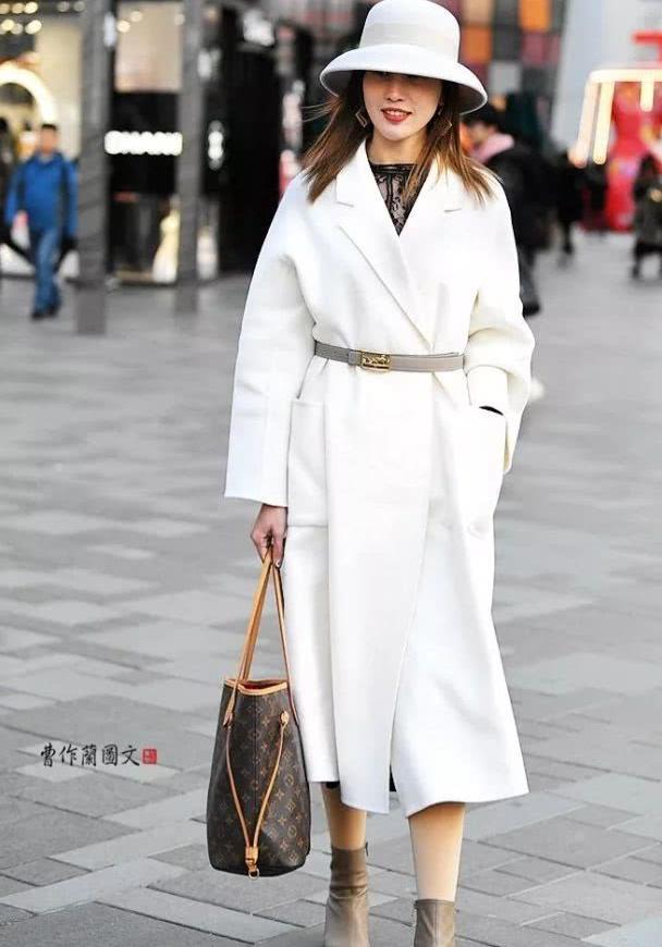 街拍:穿冬装也束腰的美女