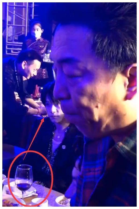 千玺慌忙放下筷子,端起酒杯与别人碰杯,看清杯中倒的更是引热议