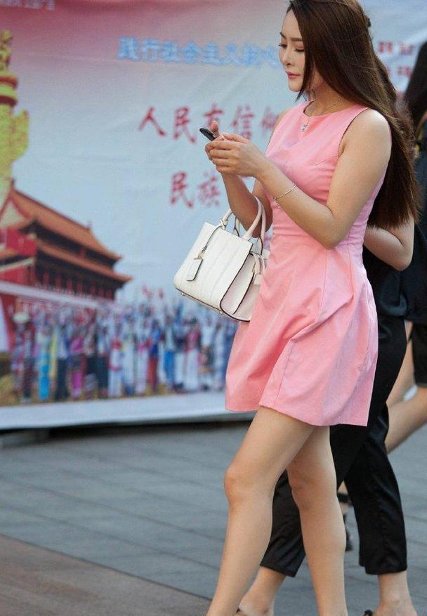 姐姐的气质是越来越好了,粉色连衣裙一穿,嫩得像少女一样