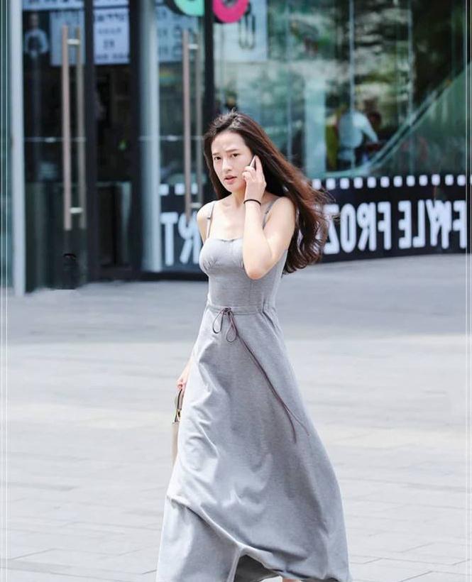"""街拍:小姐姐搭配一件""""雾霾灰裙子"""",微风吹起裙摆超美的"""
