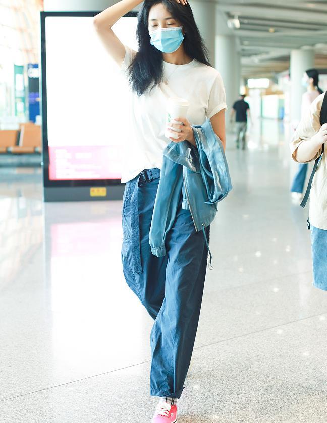 王紫璇一身清爽穿搭舒适不失时尚感