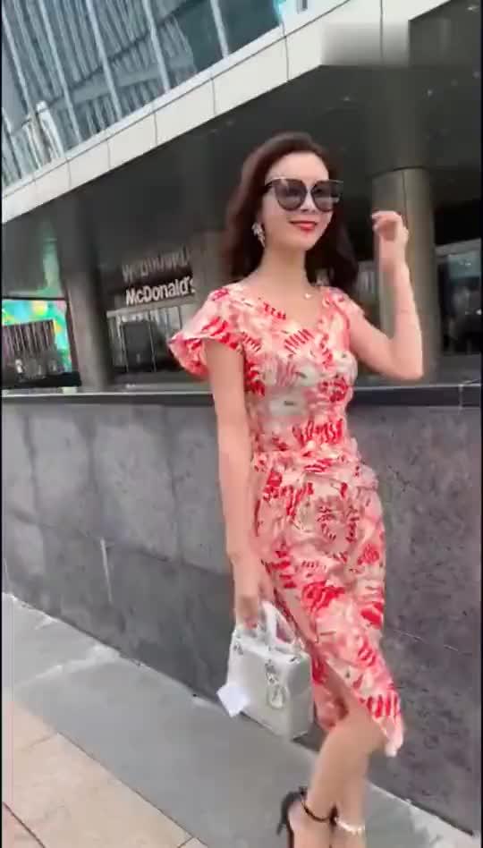 街拍:小姐姐的个人时装秀,不知道大家喜欢哪一身衣服呢?