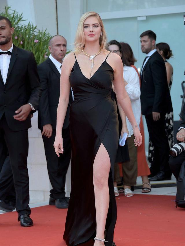 凯特·阿普顿走红毯,一袭吊带开衩裙,聚焦全场的目光