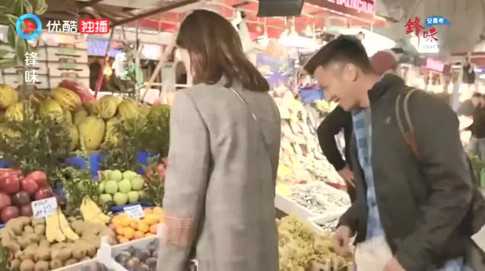 谢霆锋和佘诗曼抢着买土耳其无花果,这么大一个,看着真漂亮!