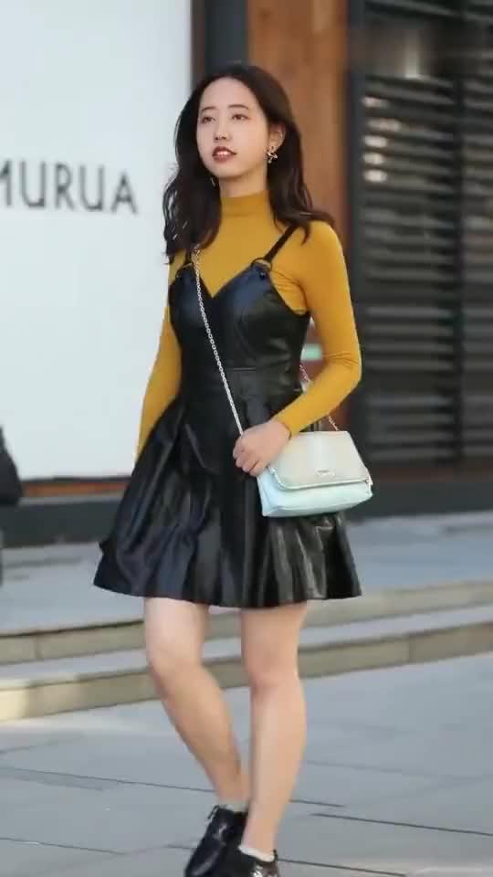 街拍:小姐姐的穿衣风格很有品位,看到镜头后还不忘跟我打招呼!
