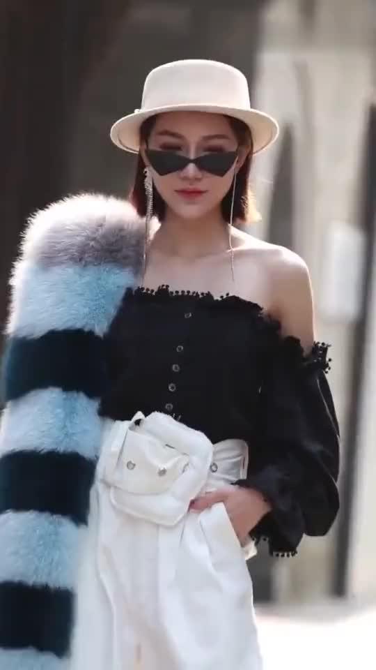 街拍:成都的美女真时尚,走在街上真亮眼