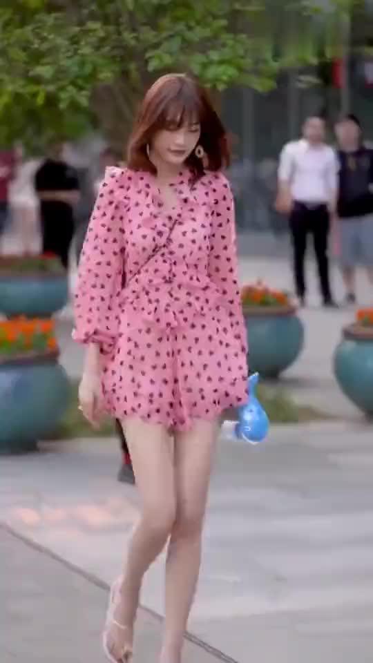 街拍:调皮可爱的碎花裙小姐姐,带泡泡机出门,是最新的潮流吗?