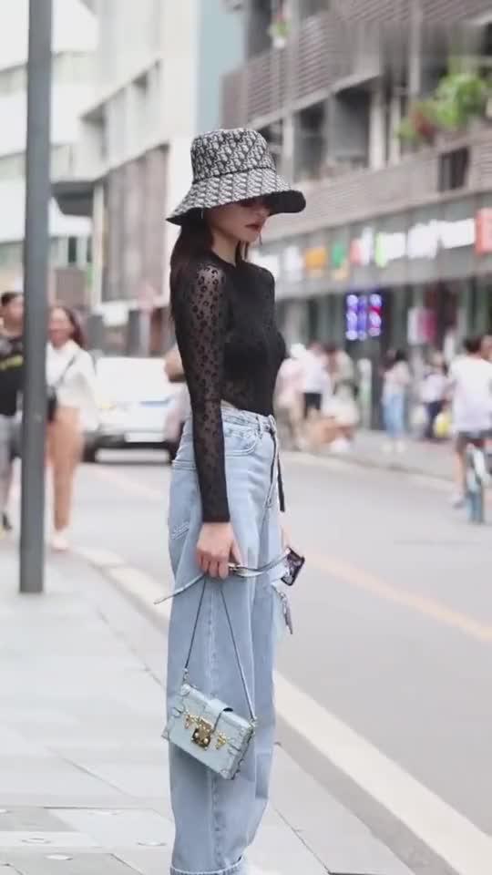 街拍:在公交站等车的美女,这是什么神仙颜值和魔鬼身材?