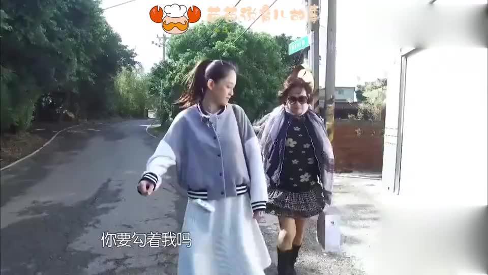 旋风孝子陈乔恩与妈妈是头一回勾手不过画面还是蛮温馨的