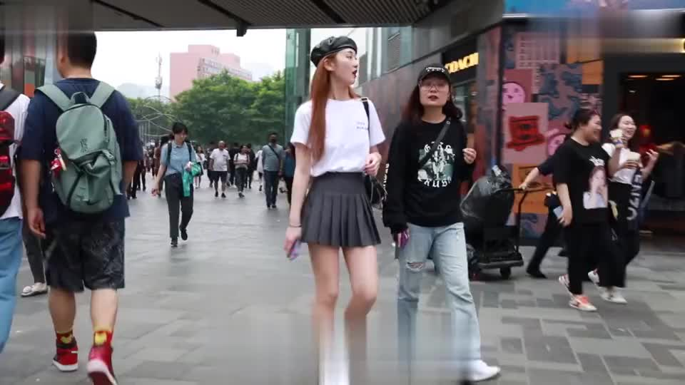 街拍:短款百褶裙搭配小皮帽,妹子的穿搭时尚又俏皮