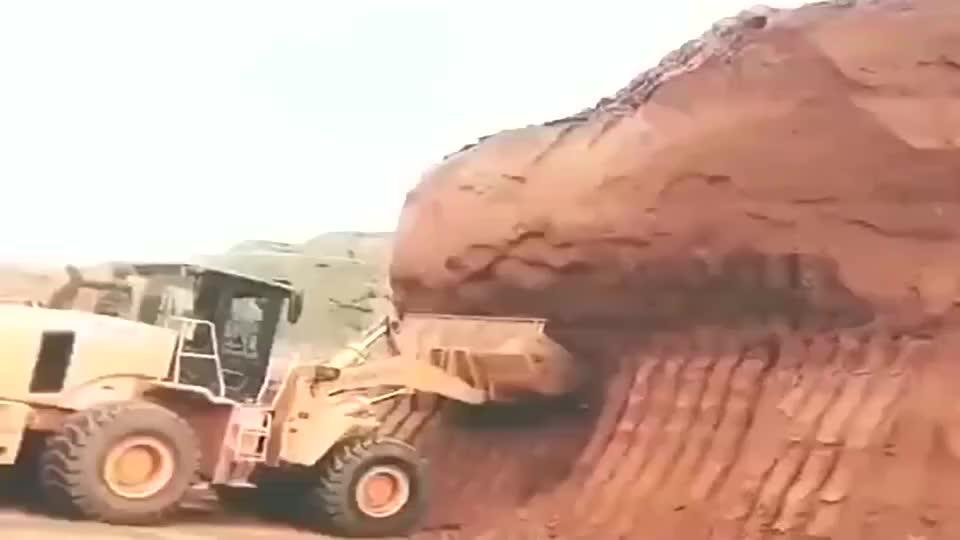 施工现场,这装载机开的咋样?真是艺高人胆大