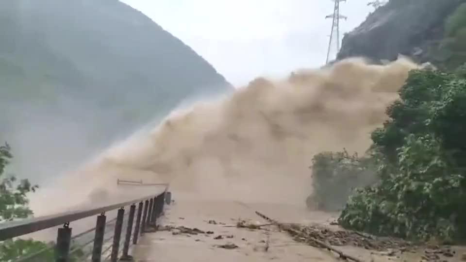 贵州遵义强降雨引发山洪暴发,道路被洪水瀑布阻隔中断