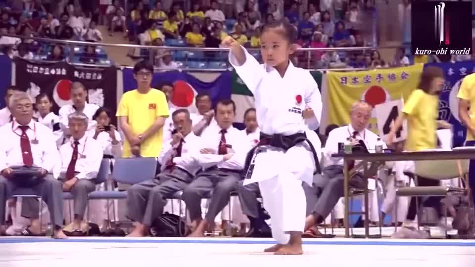 日本空手道小女孩比赛现场!动作到位、有力度、表情严肃不可小觑