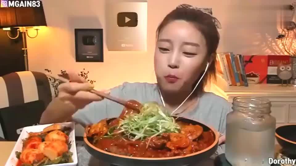 韩国美女每次都在吃粉条,这么长时间,还没吃腻吗