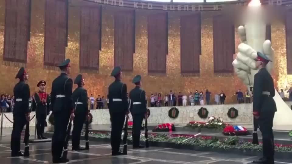 俄罗斯最高级别换岗仪式,士兵走路铿锵有力,气势十足!